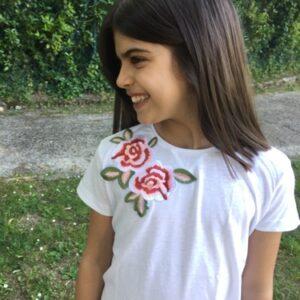 dettaglio-t-shirt-con-applicazione-fiore-ricamato